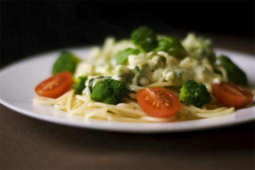 Teller Spaghetti Brokoli Tomaten Tellerwärmer